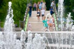 Πηγή μερών με το υπόβαθρο ανθρώπων Στοκ Εικόνα