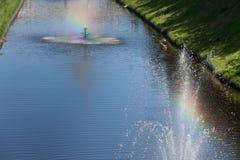Πηγή με ένα ουράνιο τόξο Στοκ φωτογραφία με δικαίωμα ελεύθερης χρήσης