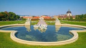 Πηγή με τα γλυπτά στο ανώτερο παλάτι πανοραμικών πυργίσκων, Βιέννη Στοκ εικόνες με δικαίωμα ελεύθερης χρήσης