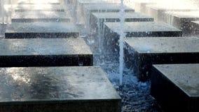Πηγή νερού στο τετράγωνο πόλεων πηγή σύγχρονη Στοκ Εικόνες