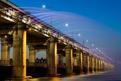 Πηγή ουράνιων τόξων γεφυρών στη νύχτα Στοκ φωτογραφίες με δικαίωμα ελεύθερης χρήσης