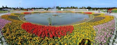 Πηγή που περιβάλλεται μεγάλη από τα κρεβάτια λουλουδιών Στοκ φωτογραφία με δικαίωμα ελεύθερης χρήσης