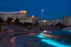 Πηγή που φωτίζεται τη νύχτα στο πάρκο Στοκ Εικόνες