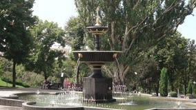 Πηγή στην πλατεία Pokrovsky πάρκων πόλεων σε Kharkov φιλμ μικρού μήκους