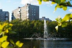 Πηγή στη λίμνη πάρκων πόλεων στην επαρχία Στοκ εικόνα με δικαίωμα ελεύθερης χρήσης