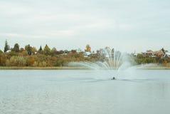 Πηγή στη λίμνη και δάσος φθινοπώρου στην πόλη parque, Στοκ Φωτογραφίες