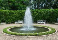 Πηγή στο κέντρο κήπων Στοκ Φωτογραφία