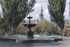 Πηγή στο πάρκο ενάντια στο σκηνικό του καθεδρικού ναού Στοκ Φωτογραφία