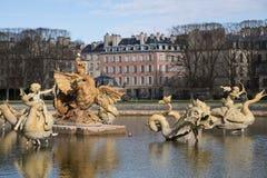 Πηγή στο πάρκο των Βερσαλλιών κοντά στο Παρίσι, διάσημος προορισμός στοκ εικόνα με δικαίωμα ελεύθερης χρήσης