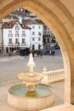 Πηγή & τετράγωνο στην είσοδο του εθνικού παλατιού. Sintra. Πορτογαλία στοκ εικόνα με δικαίωμα ελεύθερης χρήσης