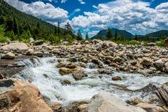 Πηγή του ποταμού του Κολοράντο Γρήγορος ποταμός βουνών στα δύσκολα βουνά Στοκ Εικόνες