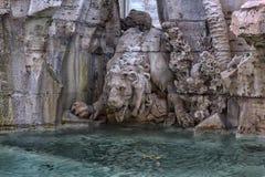 Πηγή των τεσσάρων ποταμών στο υπόβαθρο η εκκλησία Sant Agnese στην πλατεία Navona στη Ρώμη Στοκ εικόνες με δικαίωμα ελεύθερης χρήσης
