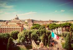 πηγή Peter Ρώμη s τετραγωνικό ST Βατικανό πόλεων bernini βασιλικών ανασκόπησης Ιταλικός κυματισμός σημαιών Τρύγος Στοκ εικόνες με δικαίωμα ελεύθερης χρήσης
