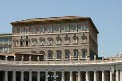 πηγή Peter Ρώμη s τετραγωνικό ST Βατικανό πόλεων bernini βασιλικών ανασκόπησης Το παράθυρο του παπά από το οποίο παραδίδει το ang Στοκ εικόνα με δικαίωμα ελεύθερης χρήσης