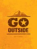 Πηγαίνετε έξω Δημιουργική έννοια κινήτρου πεζοπορώ βουνών περιπέτειας Διανυσματικό υπαίθριο σχέδιο Στοκ φωτογραφία με δικαίωμα ελεύθερης χρήσης