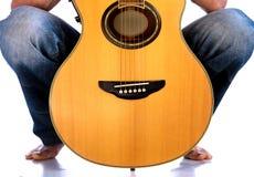 Πηγαίνετε λαϊκός - κιθάρα μεταξύ των ποδιών του Στοκ Φωτογραφία