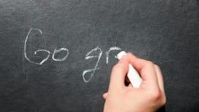 Πηγαίνετε πράσινος - το χέρι γράφει το κείμενο στον πίνακα, την οικολογία και την υγιή έννοια τρόπου ζωής