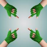 Πηγαίνετε πράσινο ConceptHand στη χλόη γαντιών δείχνει την κατεύθυνση Στοκ φωτογραφία με δικαίωμα ελεύθερης χρήσης