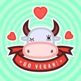 Πηγαίνετε vegan διανυσματικές κάρτα, υπόβαθρο και αυτοκόλλητη ετικέττα με τη χαριτωμένες αγελάδα και τις καρδιές Στοκ Εικόνες