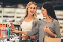 πηγαίνοντας αγορές κοριτσιών Στοκ εικόνα με δικαίωμα ελεύθερης χρήσης