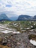 Πηγαίνοντας στο δρόμο ήλιων, άποψη του τοπίου, τομείς χιονιού στο εθνικό πάρκο παγετώνων γύρω από το πέρασμα του Logan, κρυμμένη  Στοκ Εικόνες