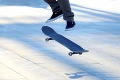 Πηδήστε έναν νεαρό άνδρα skateboard Στοκ Εικόνες