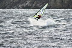 Πηδώντας ανώνυμο windsurfer στα θυελλώδη νερά της θάλασσας της Βαλτικής στοκ φωτογραφία με δικαίωμα ελεύθερης χρήσης
