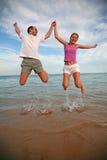 πηδώντας γυναίκα ανδρών Στοκ εικόνα με δικαίωμα ελεύθερης χρήσης