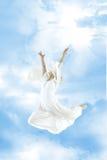 πηδώντας γυναίκα ουρανού Στοκ Φωτογραφίες