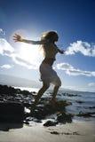 πηδώντας γυναίκα παραλιών στοκ εικόνα