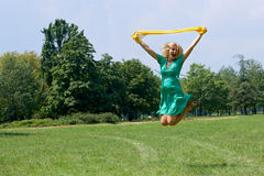 πηδώντας γυναίκα Στοκ εικόνες με δικαίωμα ελεύθερης χρήσης