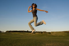 πηδώντας γυναίκα Στοκ Εικόνες