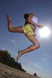 πηδώντας καλοκαίρι κοριτσιών παραλιών Στοκ εικόνες με δικαίωμα ελεύθερης χρήσης
