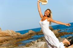 πηδώντας λευκή γυναίκα φορεμάτων παραλιών Στοκ φωτογραφία με δικαίωμα ελεύθερης χρήσης