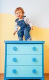 πηδώντας μικρό παιδί επίπλων στοκ φωτογραφία με δικαίωμα ελεύθερης χρήσης