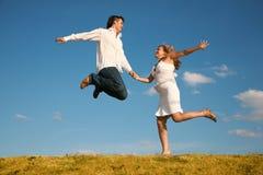 πηδώντας νεολαίες γυναικών ανδρών στοκ φωτογραφίες