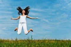 πηδώντας νεολαίες γυνα&iota Στοκ εικόνα με δικαίωμα ελεύθερης χρήσης