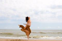 πηδώντας νεολαίες γυνα&iota Στοκ Φωτογραφία