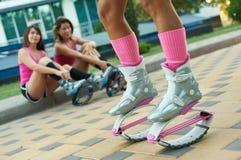 Πηδώντας ομάδα γυναικών ικανότητας Kangoo στις μπότες Κλείστε αυξημένος με το θολωμένο υπόβαθρο στοκ φωτογραφίες με δικαίωμα ελεύθερης χρήσης