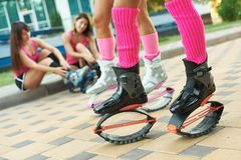 Πηδώντας ομάδα γυναικών ικανότητας Kangoo στις μπότες Κλείστε αυξημένος με το θολωμένο υπόβαθρο στοκ εικόνα με δικαίωμα ελεύθερης χρήσης
