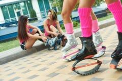 Πηδώντας ομάδα γυναικών ικανότητας Kangoo στις μπότες Κλείστε αυξημένος με το θολωμένο υπόβαθρο στοκ εικόνες