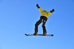 πηδώντας σνόουμπορντ ατόμων Στοκ φωτογραφία με δικαίωμα ελεύθερης χρήσης