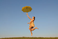 πηδώντας τρέξιμο κοριτσιών στοκ φωτογραφίες