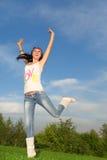 πηδώντας όμορφη γυναίκα Στοκ εικόνες με δικαίωμα ελεύθερης χρήσης