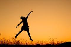 πηδώντας silhouett γυναίκα ηλιοβασιλέματος Στοκ εικόνες με δικαίωμα ελεύθερης χρήσης