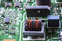 Πηνίο υλικού ηλεκτρονικό στον πίνακα κυκλωμάτων στοκ εικόνες με δικαίωμα ελεύθερης χρήσης