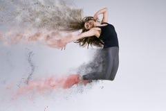 πηδήστε τη γυναίκα Παγωμένη κίνηση στοκ φωτογραφίες