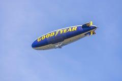 Πηδαλιουχούμενο εύκαμπτο αερόστατο με το καλό έτος logotype Στοκ εικόνες με δικαίωμα ελεύθερης χρήσης