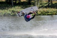 Πηδώντας άνω πλευρά Wakeboarder - κάτω στοκ φωτογραφίες