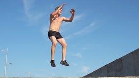 Πηδώντας άσκηση ατόμων ικανότητας υπαίθρια κίνηση αργή φιλμ μικρού μήκους